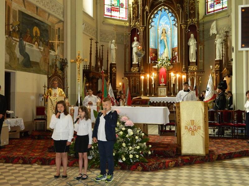 Dzieci intonują Modlitwę Harcerską