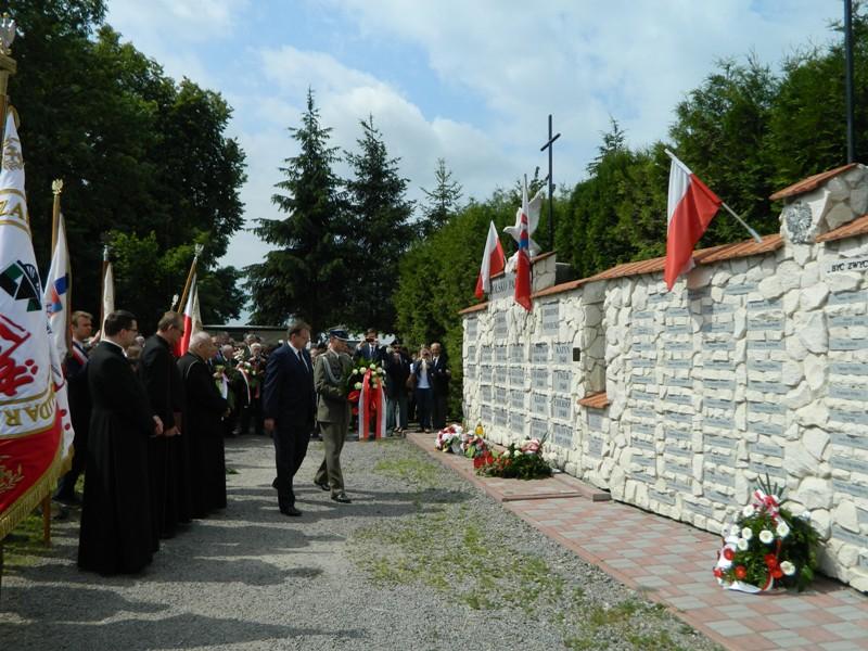 Pod Pomnikiem Pamięci w Mełgwi wieniec składa Jan Józef Kasprzyk, szef Urzędu do Spraw Kombatantów i Osób Represjonowanych