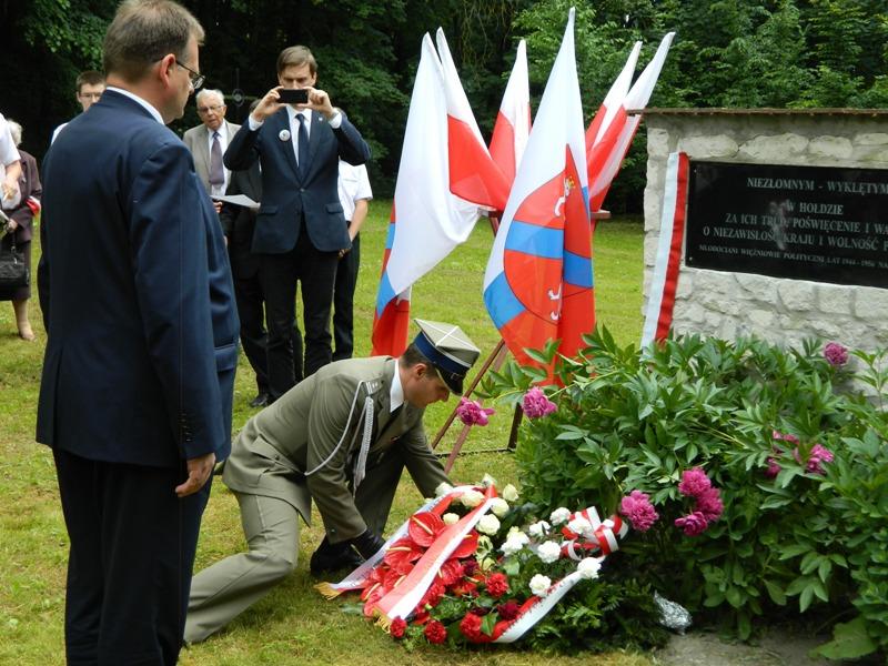 Pod Tablicą Pamięci w Dolinie Krzyży w Krzesimowie wieniec składa minister J.J. Kasprzyk