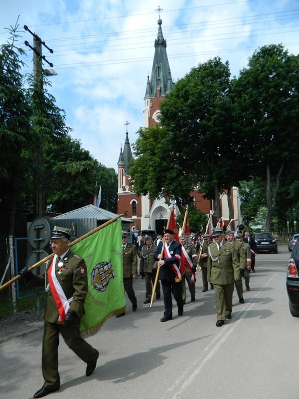 Przemarsz pocztów sztadarowych na Cmentarz Parafialny w Mełgwi