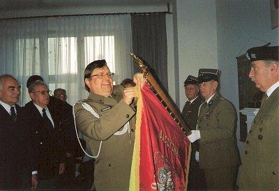 Ppłk Waldemar Konwerski z Urzędu ds Kombatantów dekoruje nasz sztandar