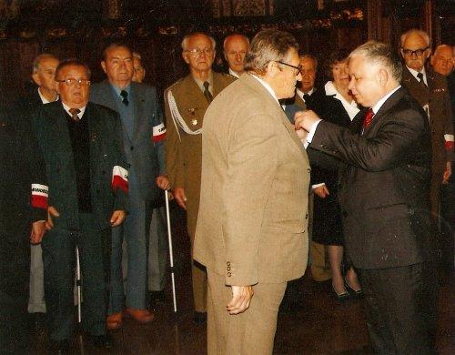 Prezydent RP Lech Kaczyński dekoruje prezesa Jaworzniaków z Gdańska Wojciecha Witczuka Krzyżem Oficerskim Orderu Odrodzenia Polski.
